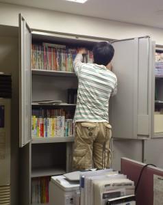 最初、書籍を入れては出し入れては出してを繰り返していたタカツ氏