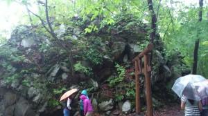 駒ヶ岳噴火時に岩が集まってできたという巨岩。岩の割れ目は通りぬけることができるようになっていて、皆それぞれの願いを胸に秘めつつ通り抜けました