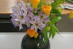 現在社内に飾られている花は、新年にふさわしい「祝福」の花言葉を持つサンダーソニアです