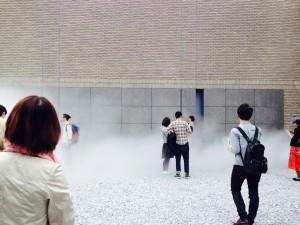 「霧の彫刻」では普段の景色がいつもとは違った表情に変化します