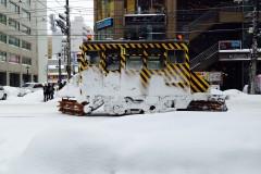 市電線路の雪を颯爽とはらいのけるササラ電車はすぐれものですネ